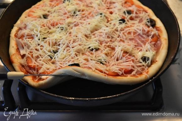 Сверху пиццу посыпаю тертым сыром. Пицца снизу уже достаточно поджарилась, осталось довести ее до готовности. Ставлю на 10–15 минут в духовку. Вот и все. Пицца готова!