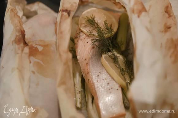 Запекать рыбу в разогретой духовке 8–12 минут в зависимости от размера рыбы.