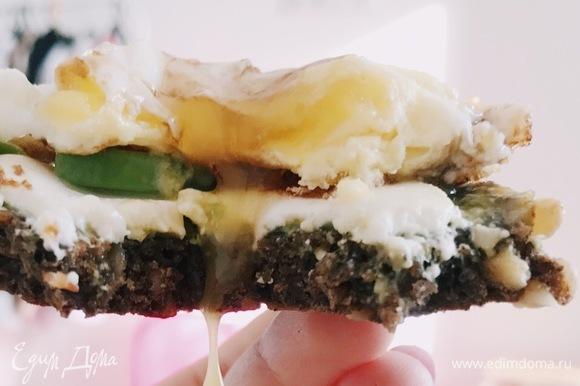 На каждый тост выкладываем получившиеся яйца пашот. Затем солим, перчим по желанию. А также по желанию можно полить тост сверху бальзамическим кремом. Перед подачей немного надрежьте яйцо, чтобы вытекал желток. Хорошего начала дня!