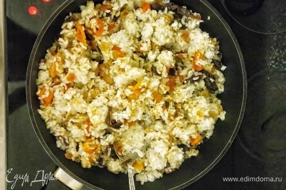Добавляем к сухофруктам рис, перемешиваем и томим под крышкой еще 5 минут.