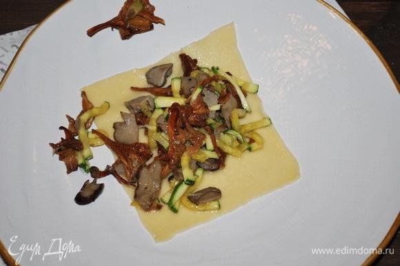 Выкладываем на тарелку лист пасты, сверху кладем начинку и закрываем вторым листом пасты, сбрызгиваем оливковым маслом и посыпаем сыром.