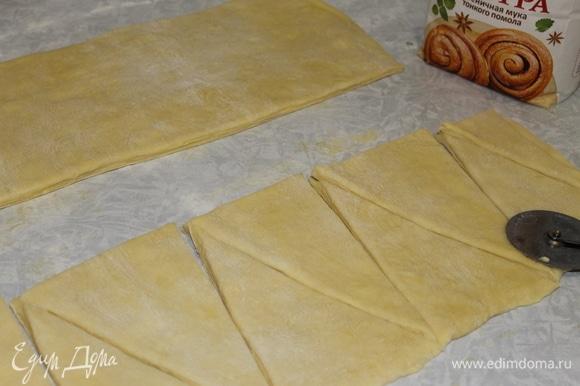 Разрежьте пласт на полосы шириной 15 см и раскроите их на треугольники размером 10х15 см.