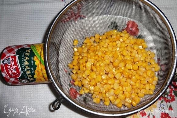 Консервированную кукурузу ТМ «Фрау Марта» открыть и откинуть на сито для стекания жидкости.