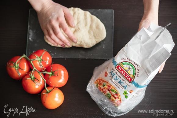 Дрожжевое тесто из пшеничной муки с высоким содержанием белка должно быть замешано вручную. Правильная мука — конечно, итальянская, сорта ОО («ноль-ноль»). Но где ее взять? Не расстраиваемся, ее прекрасно заменит мука для итальянской пиццы МAKFA. Тесто из нее получается мягким и очень эластичным. Ингредиентов только пять: мука, вода, соль, живые дрожжи и оливковое масло Extra virgin. В миску налить 150 мл теплой воды (температура 40°C), в ней растворить 0,5 ч. л. соли и 30 г живых дрожжей. Размешать и поставить в теплое место до появления пузырей (у меня это мультиварка, режим «Мультиповар», температура 35°C). Муку (250 г) просеять в виде горки в миску, сделать углубление, вылить в нее 1,5 ст. л. оливкового масла и воду с дрожжами. Все перемешать вилкой, а потом — руками как следует, пока тесто не соберется в комок. Положить тесто в чашу мультиварки, смазанную оливковым маслом, на 40 минут на расстойку (или в другое теплое место), за это время нужно пару раз обмять тесто. Тесто должно быть хорошо выдержанным, то есть подошедшее тесто нужно положить в холодильник для замедления брожения на ночь. Утром достать, сначала дать согреться до комнатной температуры, а потом снова поставить на расстойку в мультиварку на 40 минут. Из полученного количества теста получится две пиццы диаметром 28 см.