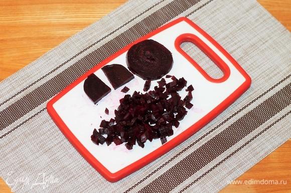 От свеклы отрезаем 2 кружочка — это для украшения салата. Оставшуюся свеклу нарезать маленькими кубиками.