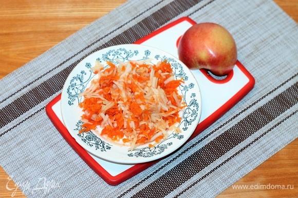 Яблоко, очищенное от семечек и кожуры, трем на крупной терке. Смешиваем с тертой морковью.