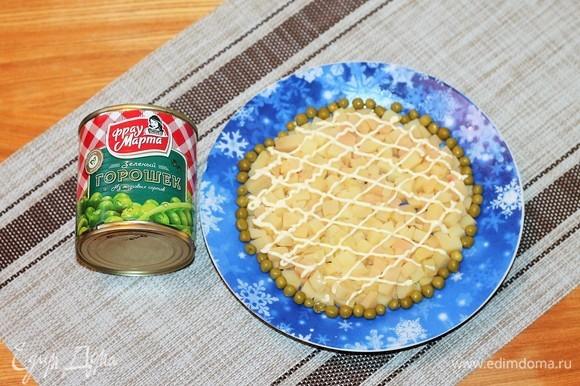 Выкладываем первый слой — картофель и майонез. Все слои по необходимости солим и перчим.