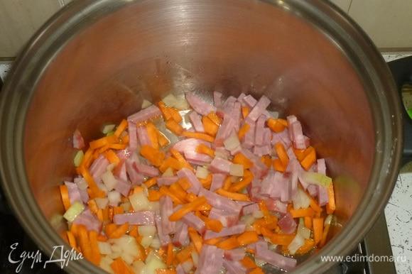Ветчину нарезать тонкой соломкой, выложить в кастрюлю. Готовить, помешивая, еще несколько минут. В это время вскипятить чайник.