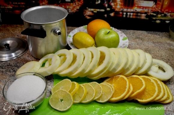 Подготовим основные ингредиенты. Кабачки нарезать кольцами и полукольцами, освободить от семечек, апельсин и лимон нарезаем кольцами. Подготовить пароварку. Налить в отверстие воды, по мере выкипания добавлять.