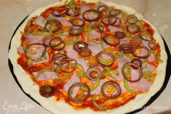 Лук добавит пицце вкуса, если предварительно его замариновать. Я использовала бальзамический уксус. Разложите на пиццу тонко нарезанную ветчину, перец и маринованный лук.