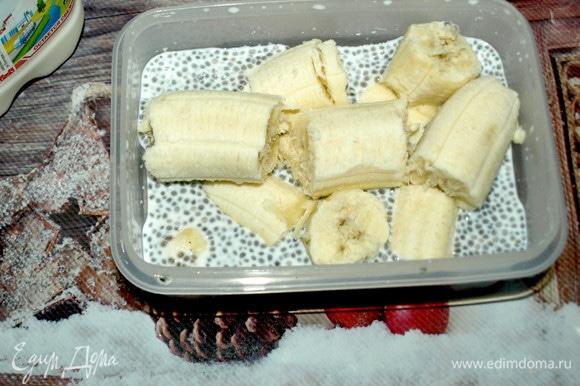 Непосредственно перед подачей достаем контейнер с семенами чиа, добавляем два очищенных банана и измельчаем погружным блендером.