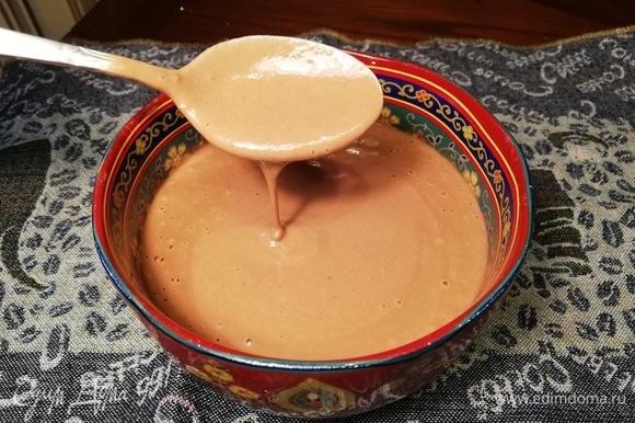 Смешиваем в блендере воду, бананы, соль, ваниль, кокосовое масло и какао. Добавляем муку и снова смешиваем. Добавляем соду, гашенную рисовым уксусом (или яблочным). Из полученного теста жарим на сковороде блины.