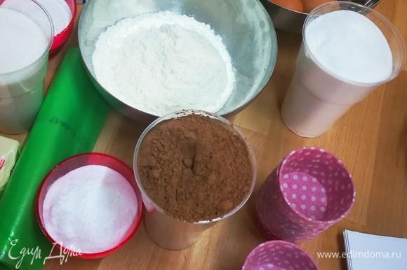 Масло комнатной температуры взбить с сахаром. Далее, продолжая взбивать, добавить по одному яйца и взбить смесь до однородности. Добавить сметану (можно заменить сливками), перемешать.⠀