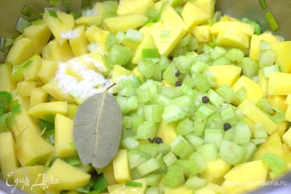Высыпать в кастрюлю вместе с лавровым листом, перцем и солью.