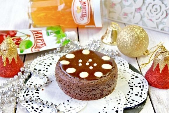 Можно сделать пирожные, для этого нужно использовать специальные формы. Я делаю внутри углубление, смазываю вишневым джемом, заполняю кремом и заливаю шоколадной помадкой.