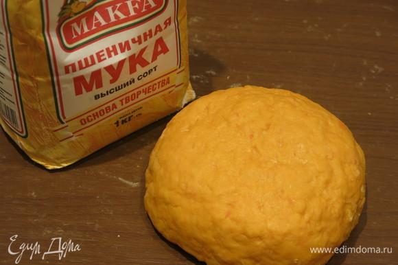 Замешиваем эластичное мягкое тесто светло-оранжевого цвета. Я смазываю руки маслом для легкой работы, использовала еще 1 ст. л. масла. Можно влить сразу две ложки в муку.