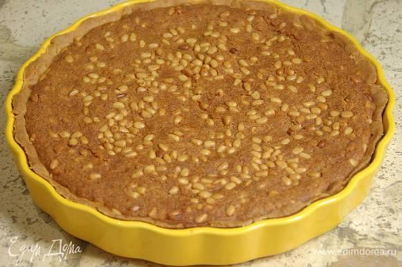 Понизить температуру в духовке до 180°С и выпекать тарт 35–40 минут в зависимости от мощности духовки.