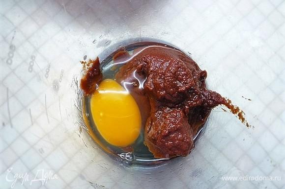 Для красных орекьетте в блендер кладем томатную пасту, добавляем яйцо и пюрируем до однородной массы.