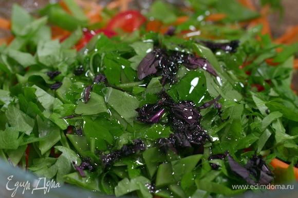 Добавить к овощам оливковое масло, сок лайма и соевый соус, перемешать и оставить мариноваться.