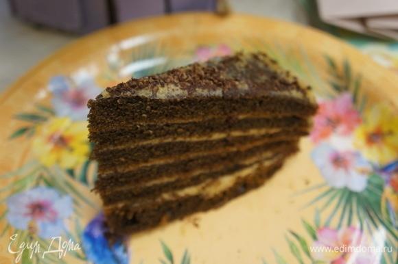 Готовый торт достать из холодильника. Разрезать на порции и подать вместе с любимым напитком. Угощайтесь! Приятного аппетита!