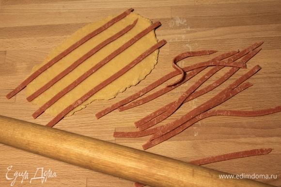 Красный пласт разрезаем на полоски шириной около 4–5 мм и накладываем их на оранжевое тесто.