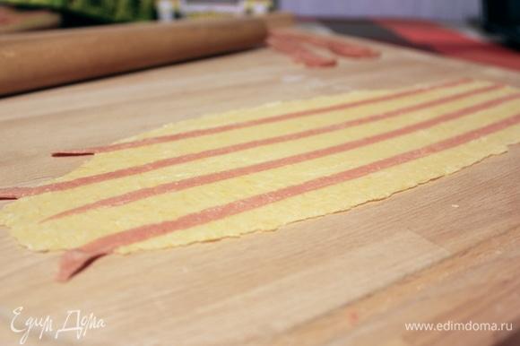 Чуть прижимаем полосочки пальцами (для фиксации) и раскатываем пласт до нужной толщины.
