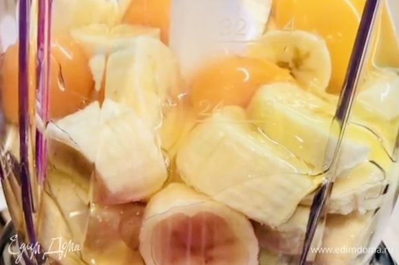 В чашу блендера кладем нарезанные бананы и разбиваем яйца.