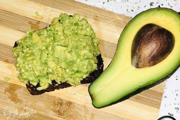 Полученную смесь выкладываем на тост.