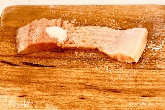 Натираем тушку форели солью и сахаром.