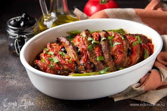 Выложить мясо в форму и запекать в духовке примерно час при температуре 200°C. Затем включить функцию «гриль» или «конвекция» и слегка подрумянить 5–10 минут. За 20 минут до готовности я положила в форму зеленую стручковую фасоль — она прекрасно сочетается с таким мясом.