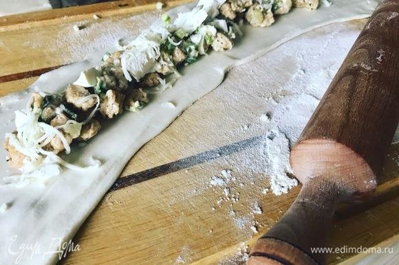 Слоеное тесто режем на полоски. Раскатываем и начиняем нашей ароматной индейкой и сыром.