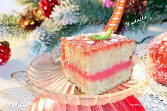 Поливаем торт глазурью, пока он немного теплый. Украшаем торт кокосовой стружкой и кондитерским декором, охлаждаем в холодильнике и подаем к праздничному столу. Приятного чаепития и с наступающим Новым годом!