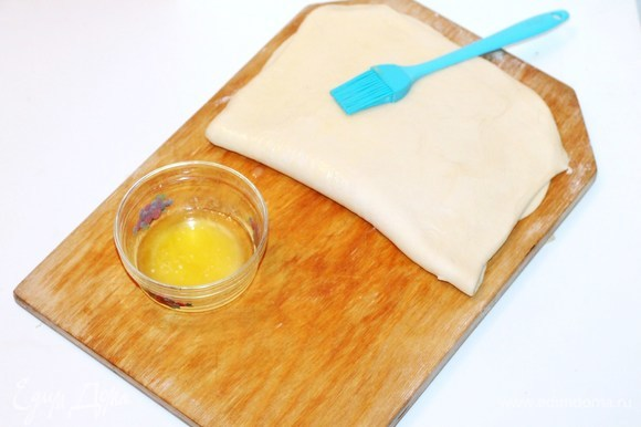 Складываем и раскатываем тесто в пласт, но уже прямоугольник будет меньше.