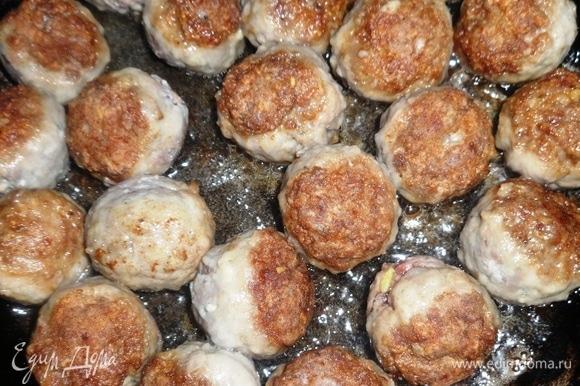 В сковороде разогреть растительное масло, выложить фрикадельки и обжарить их со всех сторон до румяной корочки.