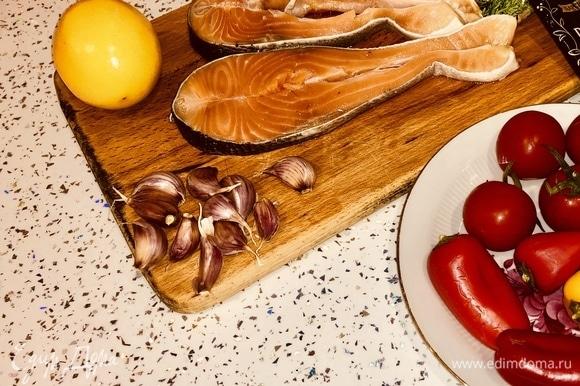 Берем стейки форели либо другой красной рыбы, моем и хорошо просушиваем салфетками.