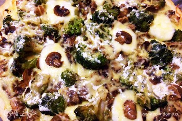 У пиццы хрустящая корочка и мягкое тесто.