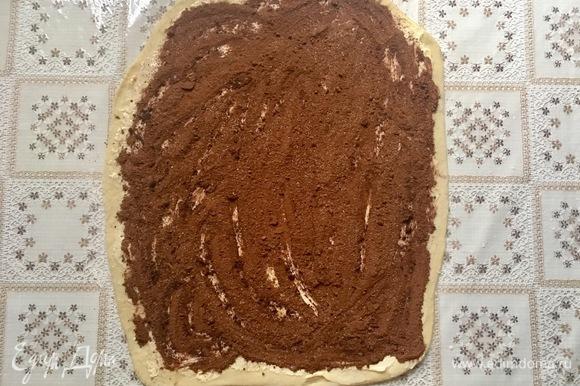 Раскатанное тесто смазать сливочным маслом комнатной температуры и посыпать смесью корицы, какао и сахара.