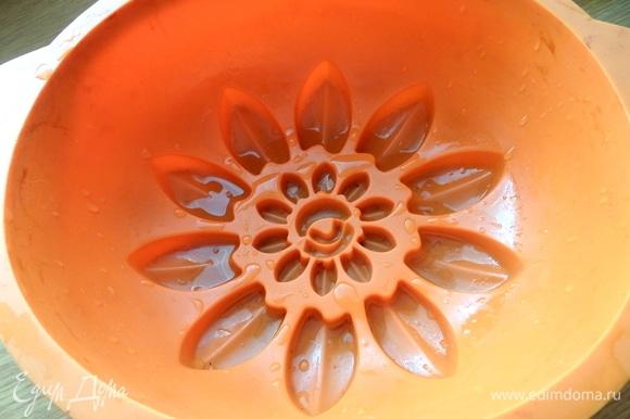 Смазать форму растительным маслом.