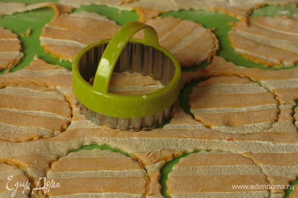 Нарезать фарфалле предлагаю не квадратами, а в форме куруга с помощью формы для печенья. Такой способ подсмотрела на итальянском сайте. Остатки раскатываем в цветные «мраморные» пласты теста.