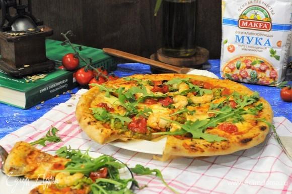 Посыпаем пиццу руколой.