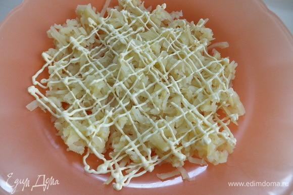 Трем на терке картофель. Делаем сеточку из майонеза с перепелиным яйцом ТМ «МахеевЪ».