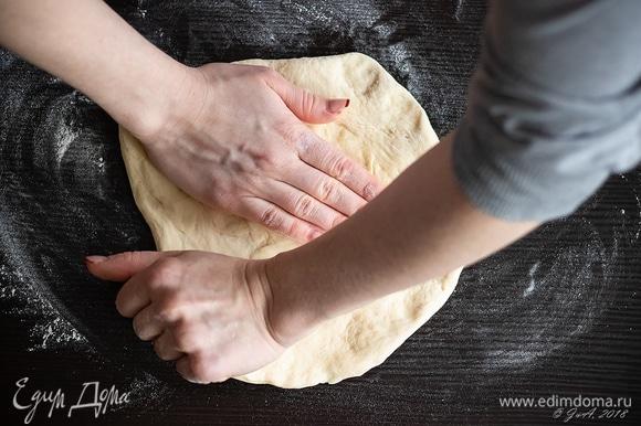 При раскатке теста лучше не использовать скалку, ведь так можно выдавить из теста пузырьки воздуха и сделать его резиновым. Лучше делать это руками, это не так сложно, как кажется сначала. Просто положите шар теста на стол, посыпанный мукой, и тяните его руками в стороны, постепенно доводя его до толщины в 3 мм и придавая лепешке круглую форму. Загните края, формируя бортик шириной около 0,7 мм.