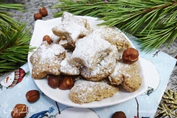 Дать печенью остыть и посыпать сахарной пудрой. Приятных вам чаепитий и счастливых новогодних праздников!