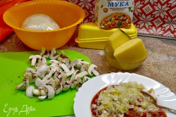 Готовим начинку: шампиньоны нарезать пополам, лук нарезать мелким кубиком и обжарить, добавить чеснок, зелень и добавить это все в помидоры.