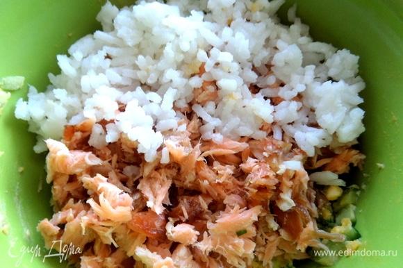 Добавить рыбу к огурцам и пару ложек риса.