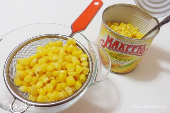 Для удаления лишней жидкости откинуть консервированную кукурузу ТМ «МахеевЪ» на ситечко.