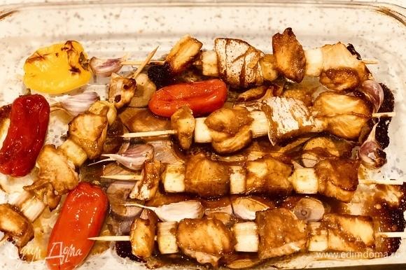 Вынимаем из духовки и посыпаем семенами кунжута (черного или белого).