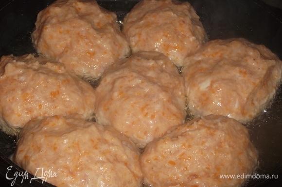 Влажными руками сформировать котлетки. Выложить на разогретую сковороду с растительным маслом. Накрыть крышкой и жарить на среднем огне примерно 10 минут с одной стороны.