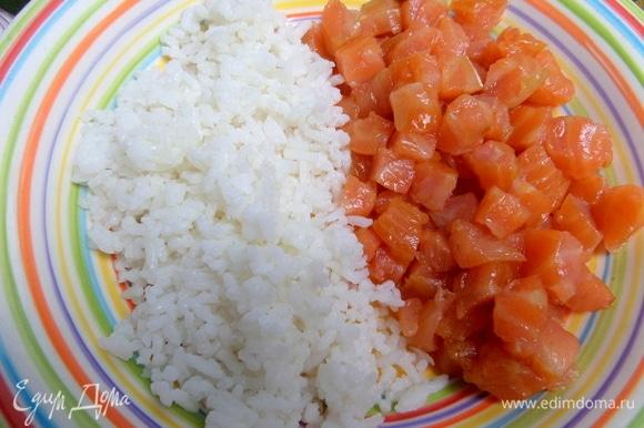 Соединить рыбу с рисом.
