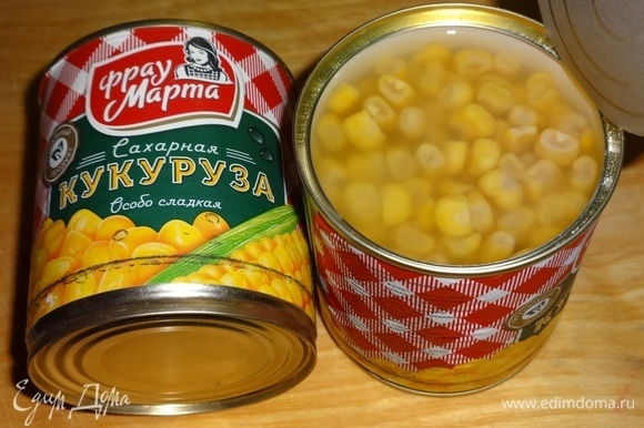 Открыть банку с консервированной кукурузой ТМ «Фрау Марта». Нужное количество кукурузы выложить на сито, дать соку стечь. Морковь по-корейски также выложить на сито и дать стечь маринаду.